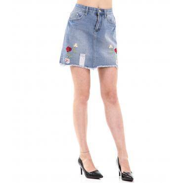 Minigonna di jeans da donna con ricami floreali e orlo sfilacciato