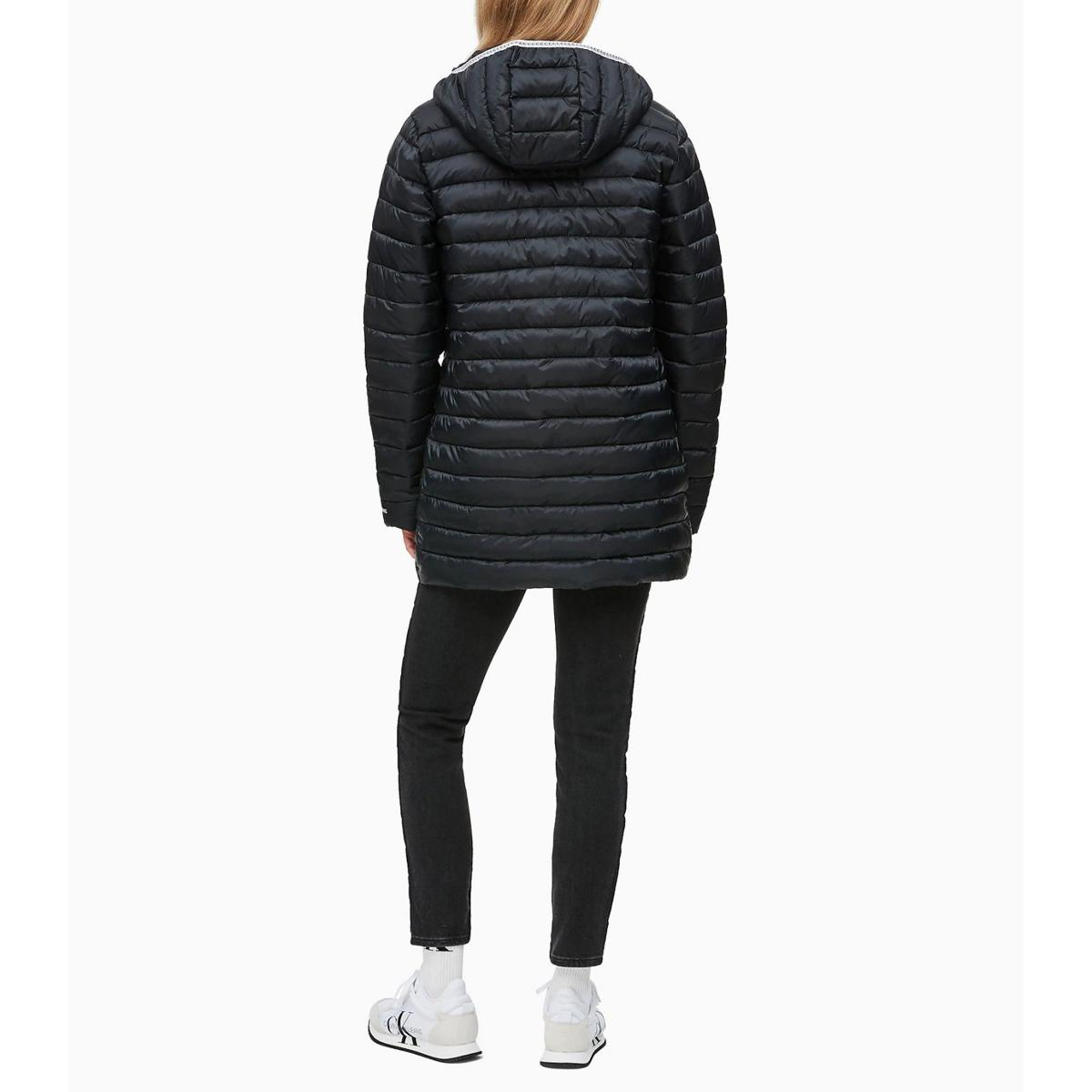 Piumino Calvin Klein Jeans a palloncino lungo con cappuccio da donna rif. J20J212084